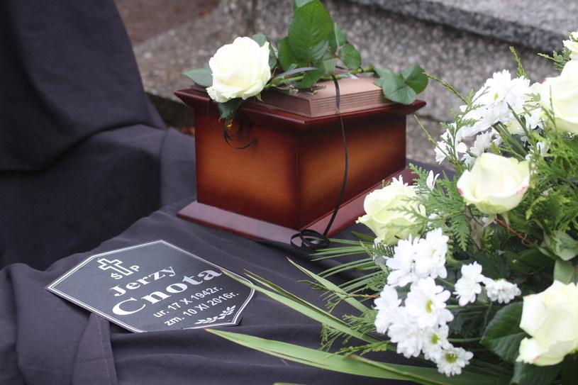 """Bliscy, przyjaciele i mieszkańcy miasta uczestniczyli w środę w Chorzowie w uroczystościach pogrzebowych Jerzego Cnoty - aktora, odtwórcy roli zbójnika Gąsiora z serialu """"Janosik"""". Artysta zmarł w czwartek po długiej i ciężkiej chorobie. Miał 74 lata."""