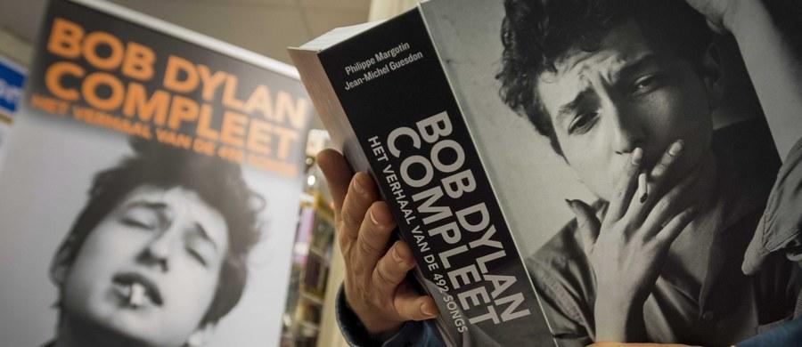 """Amerykański pieśniarz i poeta Bob Dylan nie przyjedzie w grudniu do Sztokholmu, by odebrać przyznaną mu nagrodę Nobla w dziedzinie literatury - podała Akademia Szwedzka, która przyznaje tę nagrodę. Jako usprawiedliwienie podał """"inne obowiązki""""."""