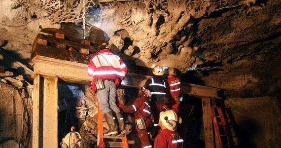 Trzech górników zginęło w wyniku osunięcia gruntu w kopalni miedzi na południowym wschodzie Turcji. 13 górników zostało uwięzionych. Trwa akcja ratownicza.