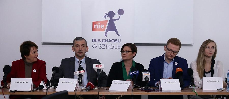 """Pod hasłem """"Nie dla chaosu w szkole"""" zamierzają jutro w Warszawie protestować nauczyciele, rodzice, samorządowcy, przedstawiciele organizacji pozarządowych i eksperci. Protestujący domagać się będą zaniechania zapowiedzianej reformy edukacji, w tym likwidacji gimnazjów. Według głównego organizatora manifestacji - Związku Nauczycielstwa Polskiego - spodziewane jest ok. 50 tys. osób."""