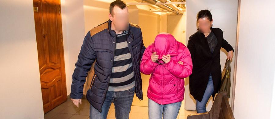 Areszt dla księgowej Iwony J. z Sądu Okręgowego we Wrocławiu. Prokuratura zarzuca jej, że zdefraudowała ponad milion złotych z sądowej kasy. Pieniądze były przeznaczone na płace sędziów i pracowników sądu. Kobieta przyznała się do winy i wytłumaczyła, że pieniądze przeznaczała m.in. na podróże oraz samochody.