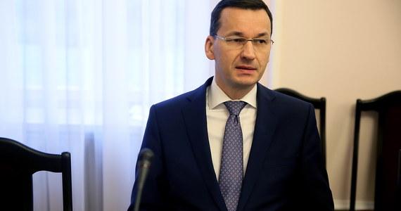 """""""Mój cel to jest uprościć życie przedsiębiorcom, ponieważ ja uważam, że oni budują nasz dobrobyt, ale i siłę państwa. Ja jestem zakochany w Polsce i to jest mój cel podstawowy. Chcę, żeby Polska była krajem silnym, zamożnym, ale też takim pięknym poprzez to jak ludzie ją kochają"""" - mówił gość Krzysztofa Ziemca w RMF FM Mateusz Morawiecki. Wicepremier mówił o ogłoszonej w piątek """"Konstytucji dla biznesu"""" """"Właśnie pokazaliśmy szereg bardzo ciekawych praktycznych rozwiązań, bo praktyka nas interesuje. (…) Staraliśmy się przy pracy nad konstytucją dla biznesu być jak najbardziej praktyczni. I stąd szereg zapisów z rozmów z przedsiębiorcami, przed i po przedstawieniu konstytucji dla biznesu. Wiem, że zostały one przyjęte bardzo, bardzo dobrze"""" - oceniał minister rozwoju i finansów. Odniósł się do krytycznych głosów w sprawie obniżenia wieku emerytalnego w Polsce. """"Mainstream ekonomiczny jeszcze długo będzie się uczył. Niczego nie zapomina i niewiele się uczy, tak jak Burbonowie po rewolucji francuskiej i napoleońskich wojnach"""" - stwierdził rozmówca Krzysztofa Ziemca."""