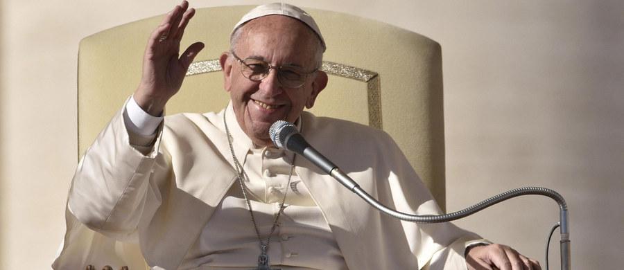 """Papież Franciszek wezwał biskupów, by nigdy nie uważali za """"obcych"""" w Kościele tych, których małżeństwa się rozpadły. Wobec takich """"smutnych sytuacji i cierpień ludzi"""" potrzebne jest zawsze miłosierdzie - powiedział."""