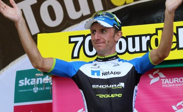 """36-letni kolarz Bartosz Huzarski zakończył sportową karierę. Przez ostatnie dwa lata """"Huzar"""" jeździł w grupie Bora Argon. W przeszłości Huzarski zajmował 3. miejsce na etapie hiszpańskiej Vuelty, czy 2. na włoskim Giro. Trzykrotnie ukończył także najbardziej prestiżowy wyścig świata Tour de France. """"Chciałem jeździć jeszcze przez rok, ale nie znalazłem oferty, który by mnie satysfakcjonowała"""" - mówi były już kolarz w rozmowie z Patrykiem Serwańskim. """"Chciałbym zostać przy kolarstwie zawodowym i jeszcze się ścigać. Niestety nie znalazłem oferty, która by mnie w pełni satysfakcjonowała. Ścigając się na wysokim poziomie trzeba mieć duże wymagania, fajną drużynę i trzeba znać swoją wartość w peletonie. Nie trafiło mi się nic co by zdołało mnie przekonać do podpisania kontraktu. Oczywiście pozostaję przy kolarstwie. Działam w mojej akademii. Organizują kolejny rok pod kątem mojej grupy Huzar Bike Academy - projektu dla dorosłych, dla miłośników kolarstwa. Czas się zacząć tym wszystkim bawić. Odchodzę od rygorystycznej diety, treningów. Ale z roweru nie rezygnuję"""" - dodaje."""