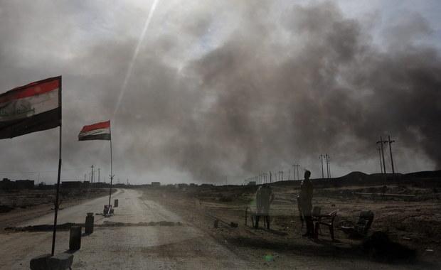 Irackie wojsko biorące udział w ofensywie na Mosul napotyka we wschodniej części miasta na zacięty opór ze strony broniących się tam dżihadystów z Państwa Islamskiego - powiedział generał sił specjalnych Iraku Sami al-Aridi. W rozmowie z agencją Associate Press dowódca poinformował, że irackie oddziały w sobotę rano wkroczyły do dwóch dzielnic na wschodzie miasta.