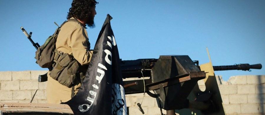 """Holenderski koordynator ds. działań antyterrorystycznych Dick Schoof w wywiadzie dla agencji Associated Press ostrzegł, że Państwo Islamskie ma w Europie 60-80 zakonspirowanych agentów gotowych do przeprowadzenia ataków terrorystycznych. Podkreślił, że dżihadyści otrzymali od przywódców ISIS wiadomość, aby """"nie przyjeżdżali do Syrii i Iraku i przygotowali się na ataki na terytorium Europy""""."""