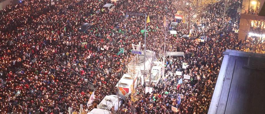 Czwartą sobotę z rzędu tysiące mieszkańców Korei Płd. protestowało w stolicy kraju przeciwko prezydent Park Geun Hie i domagało się jej ustąpienia w związku ze skandalem korupcyjnym i politycznym. Tymczasem prokuratura rozważa przesłuchanie szefowej państwa.