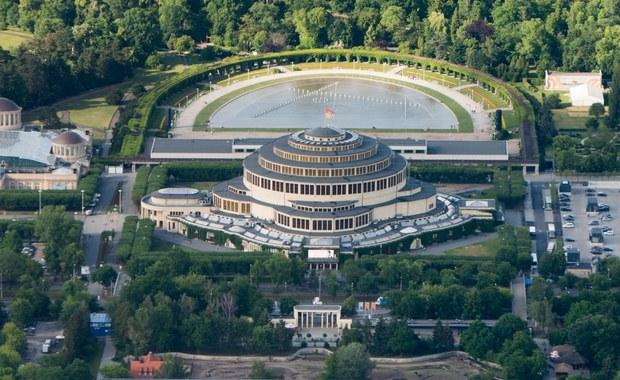 Perła modernistycznej architektury - Hala Stulecia we Wrocławiu i jej otoczenie to Twoje Niesamowite Miejsce w RMF FM. Kilka metrów pod ziemią zaglądamy do serca multimedialnej fontanny. Odwiedzamy także garderobę, w której odpoczywają największe gwiazdy i spacerujemy po wieńcu hali, tuż pod jej sklepieniem, by na koniec wdrapać się na dach unikatowego obiektu.