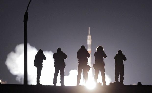 Na Międzynarodową Stację Kosmiczną (ISS) dotarła w nocy z soboty na niedzielę, po dwóch dobach lotu, kolejna trzyosobowa załoga. Jak poinformowało rosyjskie centrum lotów kosmicznych, kapsuła Sojuz bez problemów przycumowała do ISS.