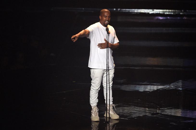 """""""Czy Kanye Westowi odbiło?"""" – zastanawiają się w ostatnich dniach jego fani oraz znajomi. Wszystko za sprawą jego dwóch ostatnich koncertów, w trakcie których zaatakował ze sceny Hillary Clinton, Beyonce, Jaya Z, Google i Baracka Obamę, przy okazji popierając Donalda Trumpa."""