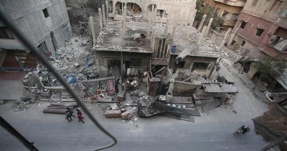 Rosyjskie tankowce dostarczały paliwo lotnicze do Syrii, zatrzymując się po drodze w portach państw Unii Europejskiej, co łamało unijne sankcje - poinformował Reuters, powołując się źródła zaznajomione ze sprawą.