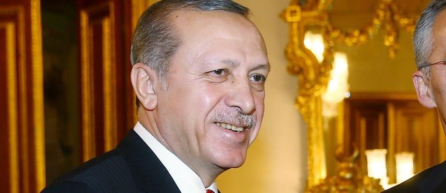 """Prezydent Turcji Recep Tayyip Erdogan ocenił, że głosowanie w Parlamencie Europejskim w sprawie natychmiastowego zamrożenia negocjacji akcesyjnych Ankary z UE """"nie ma dla jego kraju żadnego znaczenia"""". Oskarżył też Unię Europejską o popieranie organizacji terrorystycznych."""