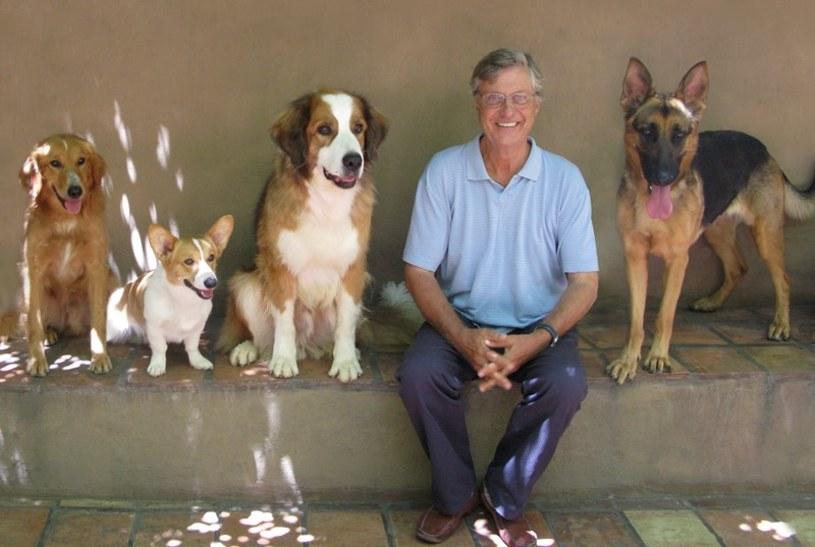 """""""Był sobie pies"""" - nowy film Lasse Hallströma, trzykrotnie nominowanego do Oscara, twórcy takich przebojów jak """"Podróż na sto stóp"""", """"Wciąż ją kocham"""" i """"Czekolada"""" - to niezwykle wzruszająca i zabawna opowieść o tym, że każdy pies ma na tym świecie do wypełnienia swoją misję, a czasem nawet kilka."""