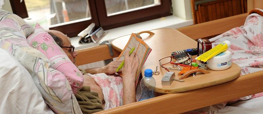 Ponad 30 dni - aż tyle nieuleczalnie chorzy pacjenci w Polsce muszą czekać na miejsce w hospicjum. Takie są najnowsze dane Polskiego Towarzystwa Medycyny Paliatywnej. Opieki w całym kraju wymaga prawie sto tysięcy pacjentów. Najtrudniejsza sytuacja jest w województwie zachodniopomorskim. W niektórych częściach kraju w kolejce czeka się nawet 3-4 miesiące, mimo że nieuleczalnie chory potrzebuje natychmiastowej pomocy.