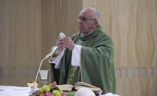 """""""Hipokryzja osób konsekrowanych, które żyją jak bogacze, rani sumienia wiernych i przynosi szkody Kościołowi"""" - ostrzegł papież Franciszek uczestników konferencji na temat ekonomii, zorganizowanej w watykańskiej kongregacji ds. instytutów życia konsekrowanego."""
