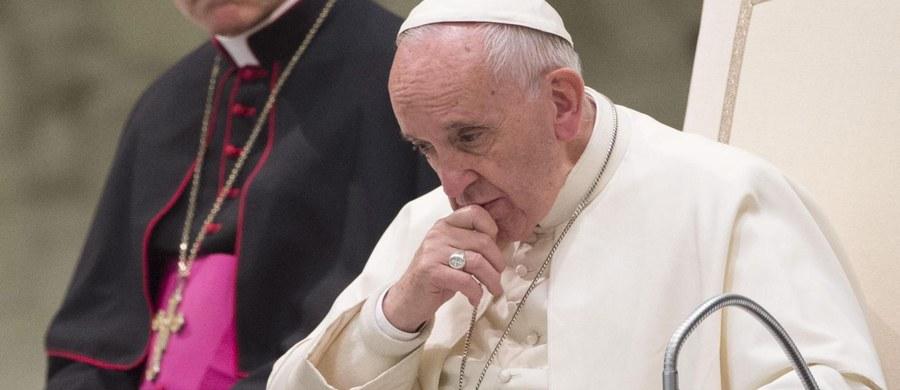 """Śmierć kubańskiego rewolucjonisty Fidela Castro jest """"smutną wiadomością"""" - tak na informację o odejściu Fidela Castro zareagował papież Franciszek. Dodał, że modli się za niego oraz za cały kubański naród."""
