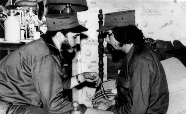 """Kubańskie władze ogłosiły 9 dni żałoby narodowej po śmierci Fidela Castro. Jak podała Rada Państwa, najwyższy organ wykonawczy na Kubie, żałoba potrwa od soboty 26 listopada do niedzieli 4 grudnia, podczas której zostaną zawieszone """"wszystkie działania i imprezy publiczne"""". Flagi Kuby w miejscach publicznych mają być przez ten czas opuszczone do połowy masztu. Radio państwowe i telewizja """"będą nadawały programy informacyjne, patriotyczne i historyczne""""."""
