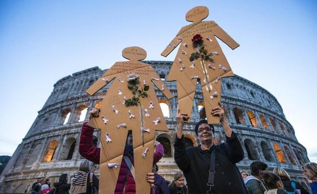 200 tys. osób wzięło udział - według organizatorów - w sobotniej manifestacji w Rzymie przeciwko przemocy wobec kobiet. Uczestniczki pochodu niosły portrety ponad 100 kobiet zamordowanych w tym roku we Włoszech przez partnerów i obcych napastników.