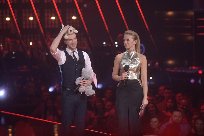 """Finał """"The Voice of Poland"""" zakończył się sporą niespodzianką. Zwycięzcą został Mateusz Grędziński, który pokonał Weronikę Curyło. Na trzecim miejscu znalazła się Anna Karwan, a zaraz za podium talent show zakończyła Katarzyna Góras."""