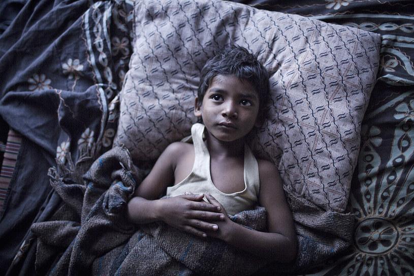 """2 grudnia do kin wejdzie długo wyczekiwany film """"Lion. Droga do domu"""", nakręcony na podstawie losów Saroo Brierleya, który jako dziecko zaginął w Indiach, oddalając się ponad 1500 km od domu. Już jako dorosły mężczyzna, dysponując zaledwie strzępami wspomnień, Saroo postanowił odszukać biologiczną rodzinę, używając technologii Google Earth. Aby upamiętnić jego historię, firma Google przygotowała właśnie specjalną opcję w aplikacji, dzięki której możemy prześledzić trasę Saroo i poznać fakty związane z tymi niezwykłymi wydarzeniami."""