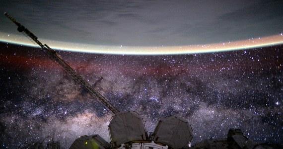 Naukowcy NASA odkryli prawdopodobną przyczynę zaburzeń wzroku u astronautów uczestniczących w długich misjach orbitalnych. Podczas kongresu Radiological Society of North America w Chicago ujawnili, że obserwowane u weteranów długich misji zmiany kształtu gałek ocznych i pojawienie się procesu zapalnego w rejonie nerwu wzrokowego, wiąże się z zakłóceniem działania mechanizmu, który na Ziemi ma nas chronić przed gwałtownymi zmianami ciśnienia, na przykład podczas gwałtownego zrywania się z łóżka. Znalezienie przyczyn tych zaburzeń i sposobu zapobiegania im ma kluczowe znaczenie dla zapewnienia astronautom bezpiecznych warunków choćby podczas podróży na Marsa.