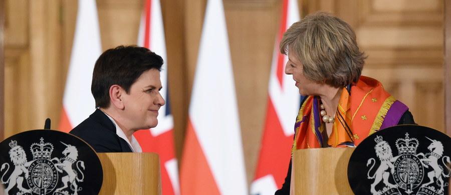 """""""Otwieramy nowy rozdział współpracy"""" – tak premier Beata Szydło podsumowała szczyt polsko-brytyjski, który zakończył się właśnie w Londynie. Nowy rozdział oznacza zamknięcie starego. Stary nie był najgorszy, więc po co otwierać nowy? Czyżby polski rząd zrobił pierwszy niebezpieczny krok na linie, która z Warszawy, przez stolicę Belgii biegnie na Londyn?"""