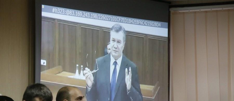 Nigdy nie wydałem rozkazu użycia siły wobec demonstrantów na Majdanie w Kijowie – oświadczył były prezydent Ukrainy Wiktor Janukowycz. Przez łącze wideo zeznawał on w procesie oskarżonych o zabicie uczestników protestów w lutym 2014 roku.