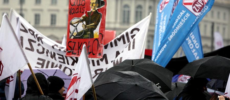 Dziś, w dniu pierwszego czytania w Sejmie projektów ustaw zmieniających strukturę szkół, w tym likwidujących gimnazja, przed parlamentem odbędzie się manifestacja. Protestować będą nauczyciele i rodzice, których poprą ZNP i Partia Razem.