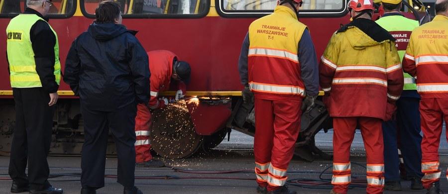 Zderzenie samochodu osobowego z tramwajem na Placu Bankowym w Warszawie. Na szczęście nikomu nic się nie stało. Informację dostaliśmy na Gorącą Linię RMF FM.