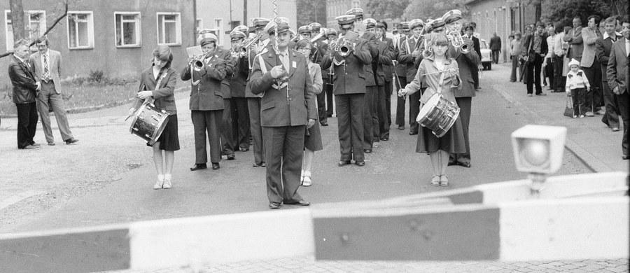 """Teatr Śląski poszukuje fotografii z okolic kopalni Wujek, które obrazują życie codzienne przed pacyfikacją w grudniu 1981 roku. Zdjęcia mają trafić do specjalnego wydania programu teatralnego, który będzie towarzyszył premierze spektaklu """"Wujek 81""""."""