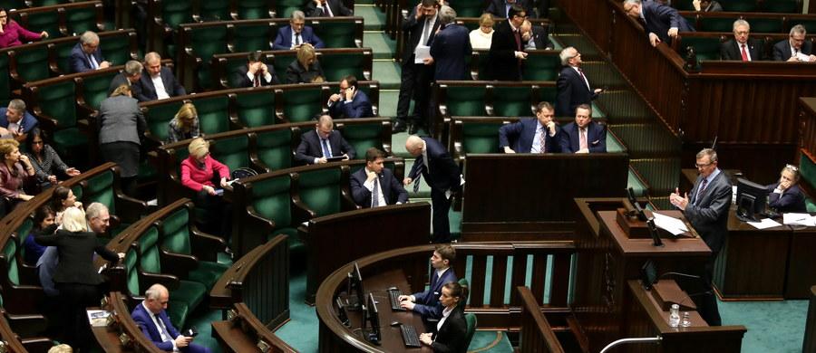 Zmiany w kwocie wolnej od podatku ostatecznie uchwalone przez parlament. Sejm zatwierdził je w głosowaniu. Po ekspresowej debacie, pod ustawą swój podpis złożył już prezydent. Kwota wolna od podatku dla najmniej zarabiających wzrośnie do 6,6 tys. zł, ale zarabiający ponad 127 tys. zł rocznie stracą prawo do tego odliczenia - zdecydował Sejm, przyjmując stosowne poprawki Senatu do nowelizacji ustawy PIT, CIT i Ordynacji podatkowej. Za przyjęciem poprawek opowiedziało się 221 posłów, 182 było przeciw, a 16 wstrzymało się od głosu.