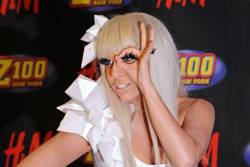 """21 października do sprzedaży trafiła piąta płyta Lady Gagi """"Joanne"""". Wokalistka, która przed premierą postawiła na zmianę wizerunku, święci triumfy na listach przebojów, a jej album został doceniony przez krytykę i fanów.  Niektórzy internauci jednak zapewne nie mogą pogodzić się z tą myślą, gdyż są przekonani, że Lady Gaga swoją karierę zaczęła od… morderstwa i kradzieży tożsamości."""