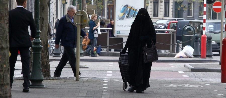 Izba Druga, czyli izba niższa parlamentu Holandii, zagłosowała we wtorek za zakazem noszenia przez muzułmanki w niektórych miejscach publicznych ubrań całkowicie zasłaniających twarz takich, jak nikab albo burka. Podobne zakazy obwiązują we Francji i Belgii.