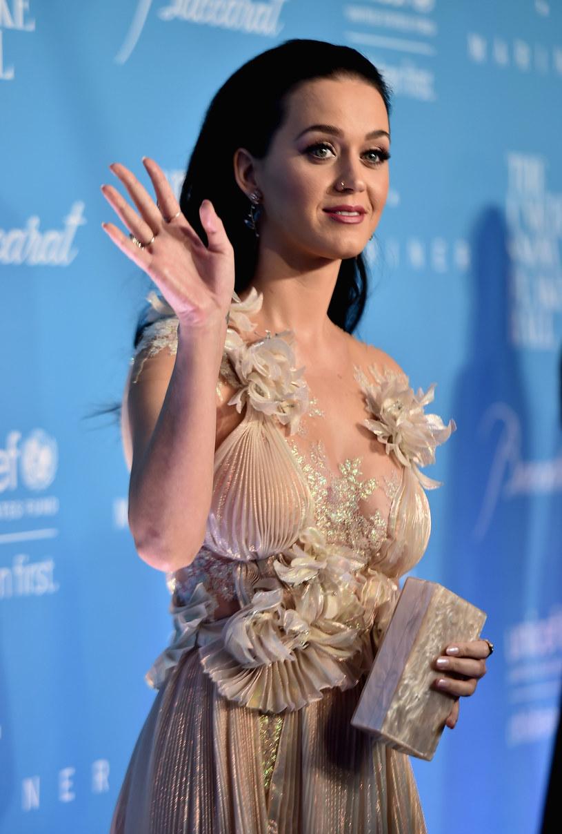 Amerykańska wokalistka Katy Perry olśniła kreacją podczas wtorkowej (29 listopada) gali UNICEF Snowflake Ball w Nowym Jorku.