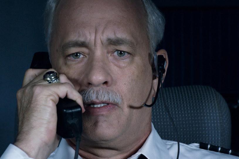 """15 stycznia 2009 roku cały świat był świadkiem """"Cudu na rzece Hudson"""", kiedy to kapitan Chesley  """"Sully"""" Sullenberger posadził uszkodzony samolot na zimnych wodach rzeki Hudson, ratując życie 155 osobom znajdującym się na pokładzie. Jednak, mimo że opinia publiczna i media głośno wychwalały Sully'ego za jego wyjątkowe umiejętności lotnicze, w czasie śledztwa zostały ujawnione fakty, które mogły zniszczyć jego reputację i karierę. Właśnie o tym opowiada najnowszy film Clinta Eastwooda z Tomem Hanksem w roli tytułowej."""