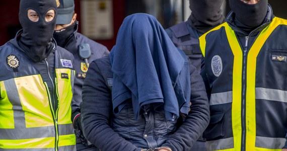 Hiszpańska policja zatrzymała pod Madrytem groźnego dżihadystę - poinformowało MSW Hiszpanii. Marokańczyk za pośrednictwem internetu werbował sympatyków Państwa Islamskiego (IS) gotowych wziąć udział w atakach samobójczych na lokalne społeczności.