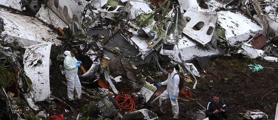 """Jackson Follman przeżył katastrofę samolotu w Kolumbii, w której zginęło 71 osób. Prasa ujawnia pierwsze słowa, jakie wypowiedział ocalały 24-latek, kiedy dostali do niego ratownicy medyczni. """"Nie pozwólcie mi umrzeć, nie pozwólcie mi umrzeć"""" – powtarzał bramkarz brazylijskiej drużyny piłkarskiej Chapecoense."""