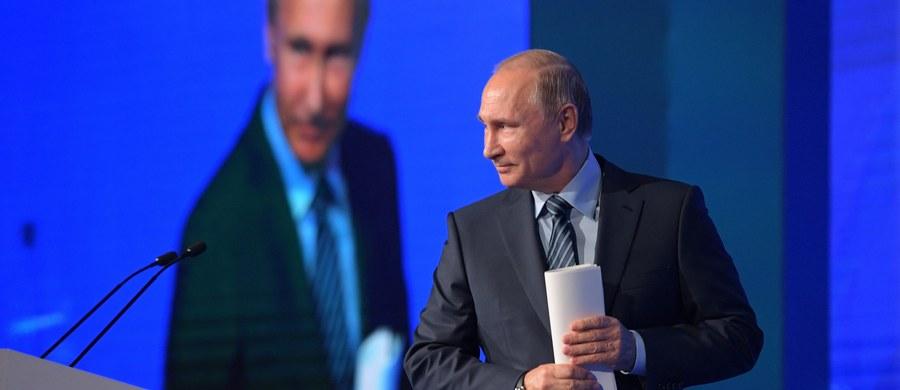 """Rosyjska Duma potępiła polsko-ukraińską, antyradziecką """"Deklarację pamięci i solidarności"""", w której ZSRR jest nazwany agresorem, wspólnie z Niemcami odpowiedzialnym za wybuch II wojny światowej. Taką deklarację w październiku przyjęły parlamenty Ukrainy i Polski. Rosja oskarża Polskę i Ukrainę o łamanie prawa międzynarodowego i zakłamywanie historii."""