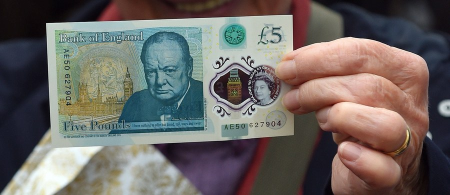 Już prawie 100 tysięcy brytyjskich wegetarian podpisało petycję wzywającą do wycofania z obiegu nowej pięciofuntówki. Plastikowy banknot znajduje się w użyciu od kilku miesięcy, a już wywołał wiele kontrowersji. Dlaczego podpadł akurat jaroszom?