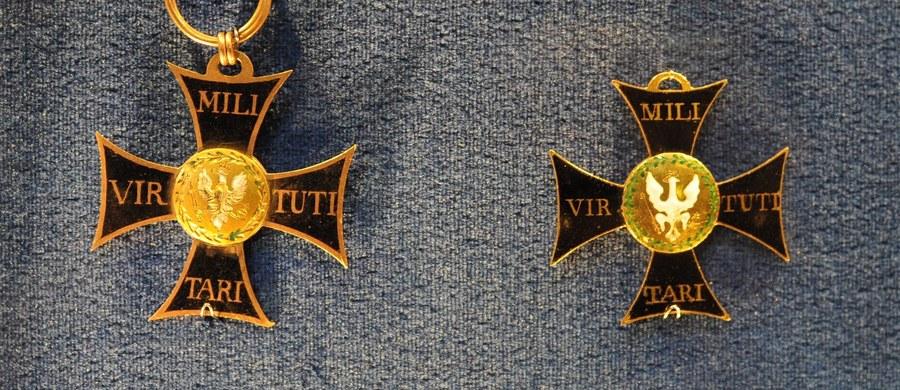 Kolega opowiedział mi o zdarzeniu, którego był aktywnym świadkiem w Narodowe Święto Niepodległości 11 Listopada. Wśród maszerującego w Krakowie z Wawelu do Grobu Nieznanego Żołnierza na placu Jana Matejki tłumu zobaczył 20-latka, który do przedwojennego munduru wojskowego przypiął Order Krzyża Wojennego Virtuti Militari.