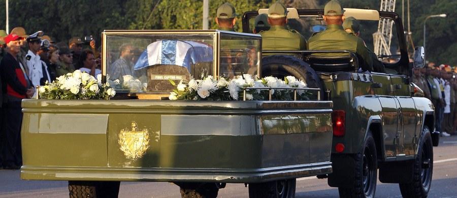 Urna z prochami Fidela Castro, zmarłego w zeszłym tygodniu przywódcy rewolucji kubańskiej i przywódcy Kuby, rozpoczęła w środę pożegnalną podróż po wyspie przed niedzielnymi uroczystościami pogrzebowymi. W Hawanie na trasie pochodu ustawiły się tysiące ludzi.