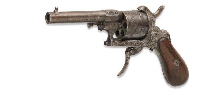 Rewolwer, z którego francuski poeta Paul Verlaine próbował zabić swego kochanka, poetę Arthura Rimbauda w lipcowe popołudnie 1873 r. w Brukseli, został sprzedany za astronomiczną kwotę 434,5 tys. euro na aukcji w paryskim domu Christie's. Wartość broni szacowano na 50-60 tys. euro.