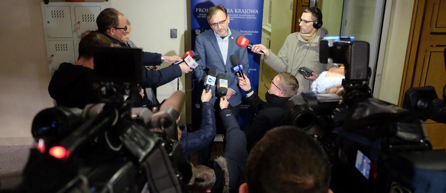 """Nietypowe, bardzo emocjonalne wystąpienie Piotra Baczyńskiego - naczelnika wydziału zamiejscowego Prokuratury Krajowej. Prokurator przekazywał dziennikarzom, że do sądu został skierowany wniosek o areszt dla Józefa Piniora, byłego działacza Solidarności i byłego senatora PO. W pewnym momencie Baczyński wyszedł, po kilku minutach wrócił i przepraszając stwierdził: """"Proszę o zrozumienie emocji. Sprawa dotyczy osoby, którą osobiście uważam za bohatera z przeszłości naszej ojczyzny""""."""