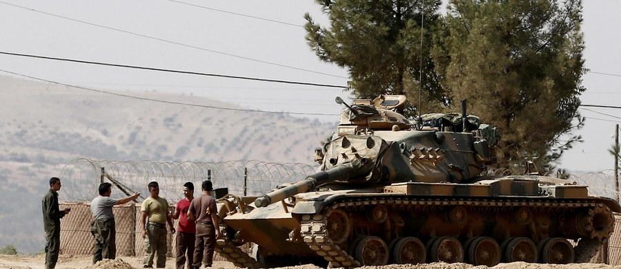 Szef rosyjskiej dyplomacji Siergiej Ławrow oświadczył, iż za śmierć tureckich żołnierzy w nalotach w Syrii nie odpowiada ani Moskwa, ani Damaszek. Strona turecka oskarża o bombardowanie rząd syryjski.