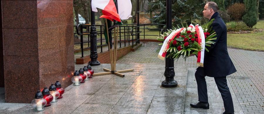Prezydent Andrzej Duda na spotkaniu z zarządem KGHM w Lubinie uzyskał zapewnienie, że rodziny ofiar katastrofy w kopalni Rudna są zabezpieczone - będą im udzielone świadczenia. Wcześniej złożył kwiaty pod tablicą upamiętniającą ludzi, którzy utracili zdrowie lub ponieśli śmierć w wypadkach przy pracy.