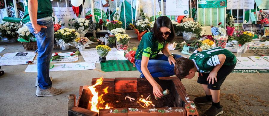 Boliwijskie władze lotnictwa cywilnego bezterminowo zawiesiły w czwartek linie lotnicze LaMia po katastrofie samolotu tych linii. Samolot z piłkarzami Chapecoense z Brazylii rozbił się w nocy w poniedziałek w Kolumbii. Z 77 osób na pokładzie zginęło 71.