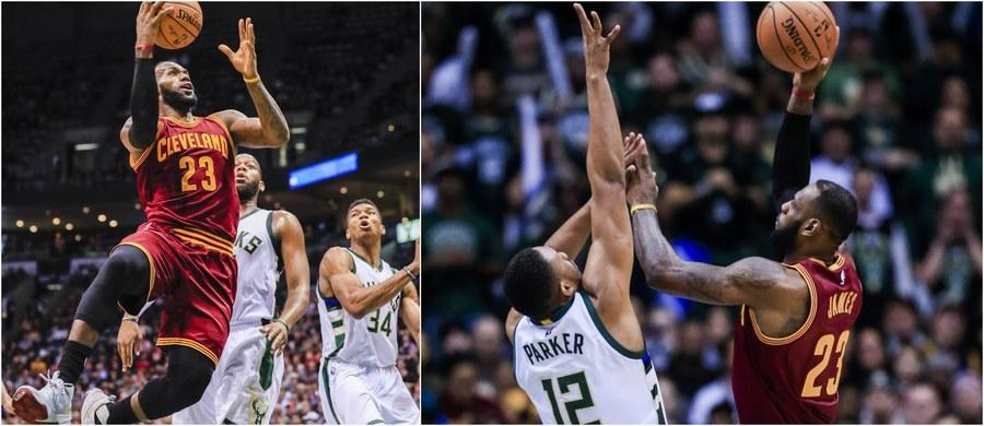 """LeBron James, który poprowadził koszykarzy Cleveland Cavaliers do pierwszego w historii klubu tytułu mistrzów NBA, został uznany przez magazyn """"Sports Illustrated"""" za amerykańskiego sportowca 2016 roku. """"King James"""" otrzymał to wyróżnienie po raz drugi."""