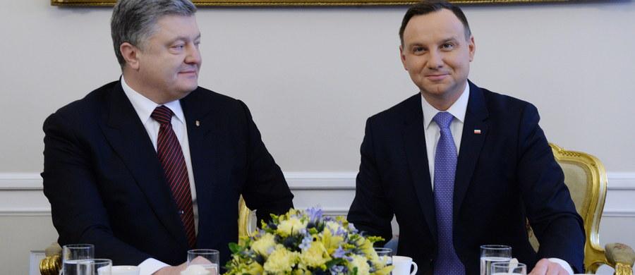 Polska i Ukraina zostały dotknięte decyzją Komisji Europejskiej w sprawie gazociągu OPAL, która umożliwia Gazpromowi zwiększenie przesyłu gazu z Europy, z pominięciem Ukrainy – głosi wspólne oświadczenie prezydentów Andrzeja Dudy i Petra Poroszenki. Prezydenci zaznaczają w nim, że decyzja ta może naruszać obopólne zobowiązania zawarte w Traktacie o Wspólnocie Energetycznej.