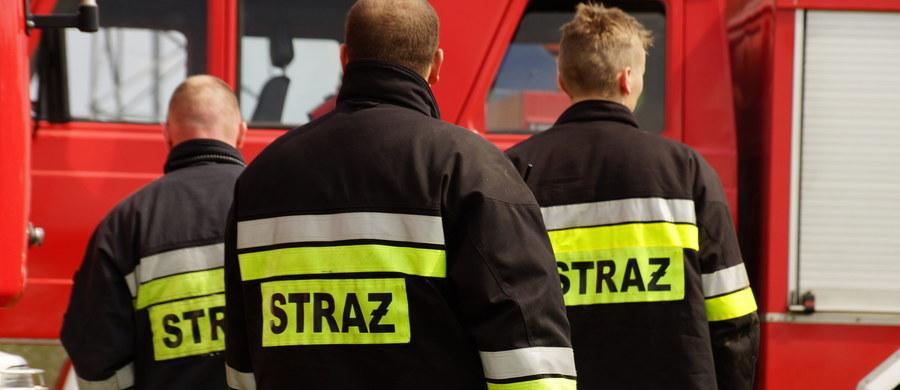 Mężczyzna, który dwa dni temu podpalił się przed starostwem powiatowym w Zamościu groził, że zrobi to już pod koniec września. Zaniepokojeni jego groźbami pracownicy biura geodezji Urzędu Marszałkowskiego w Lublinie skierowali do prokuratury zawiadomienie o możliwości popełnienia przestępstwa przez 60-latka.