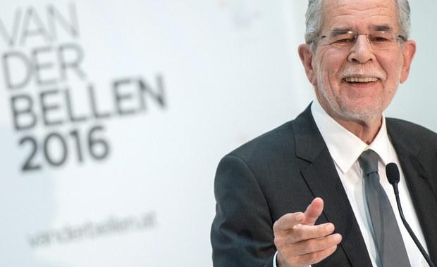 Według ogłoszonych w niedzielę wieczorem wstępnych wyników w drugiej turze wyborów prezydenckich w Austrii zwyciężył kandydat niezależny Alexander Van der Bellen, uzyskując 51,68 proc. głosów - informuje agencja APA. Jego rywal Norbert Hofer z prawicowo-populistycznej Austriackiej Partii Wolności (FPOe) Norbert Hofer uzyskał 48,32 proc.